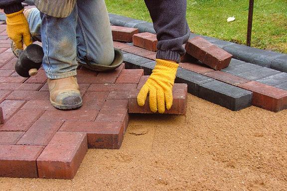 5 причин, по которым вам следует нанять мастера по укладке тротуарной плитки.