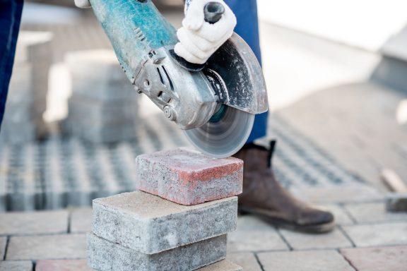 Как правильно резать тротуарную плитку