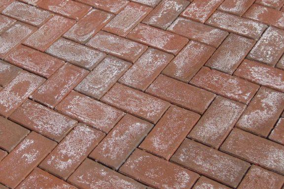 Что такое высолы на тротуарной плитке и что с ними делать?
