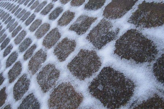 Как убрать лед — тротуарная плитка и соль?
