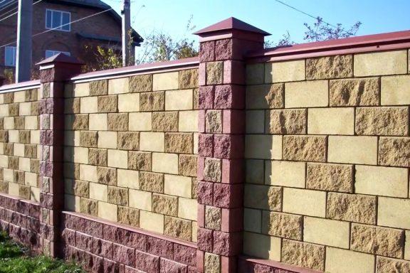 Забор из бетонных колотых блоков